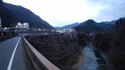 奥多摩町役場と日原川