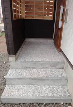玄関階段。