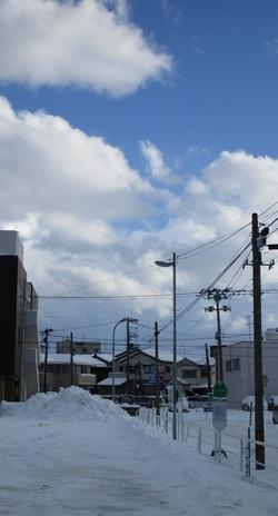 青空と雪の山 新潟市中央区信濃町