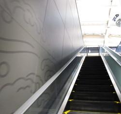 新潟駅 高架のエスカレーター 壁面模様